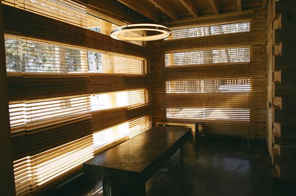 Рис 6 длинные узкие окна делают стену